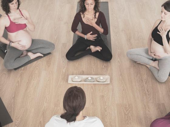 femmes qui font du yoga pendant la grossesse à Marseille